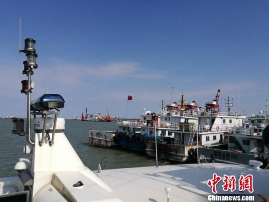 停靠在滨海港的小艇。 陈光明 摄