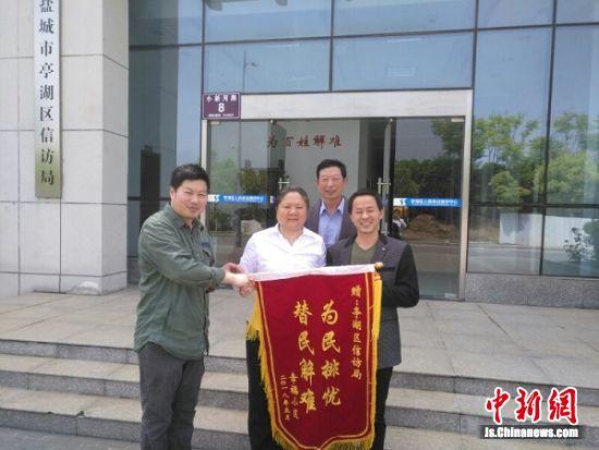 群众给刘婵送来锦旗。