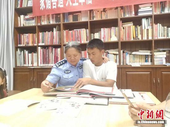 刘婵带杨汇文参加读书会活动。
