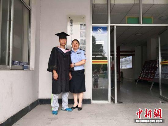 刘婵到学校看望杨汇文。