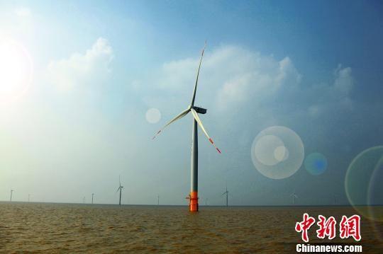 阳光下,风机叶片随风转动,成为海上夺目的一道风景。滨海县委宣传部供图