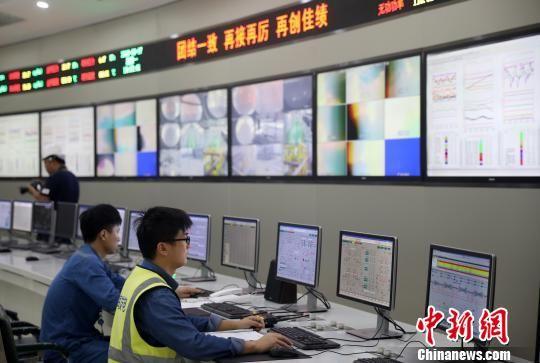 电厂现代化的控制室。 泱波 摄