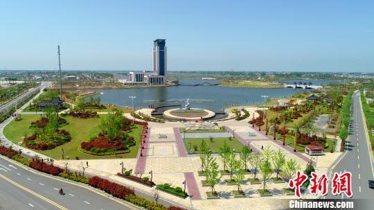 风光旖旎的灵龙湖犹如镶在月亮湾旅游度假区中的一颗翡翠碧玉。 滨海县委宣传部供图