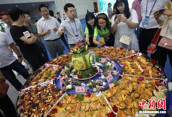 一百只螃蟹吸引了众多目光。 中新社记者 泱波 摄
