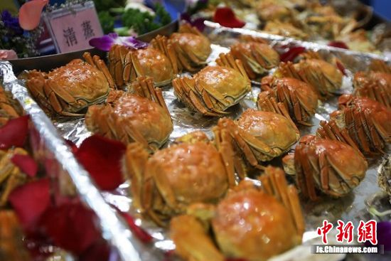 中午时分,螃蟹免费派发。 中新社记者 泱波 摄