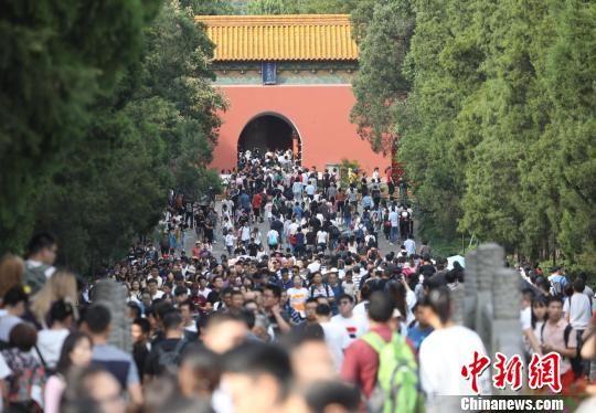 十一黄金周首日,中山陵园风景区迎来客流11.5万人次。 泱波 摄