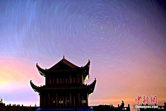金顶观星轨,看流星雨。 刘忠俊 摄