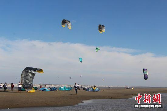 启东•圆陀角风筝冲浪国际邀请赛比赛现场。 陆建国 摄