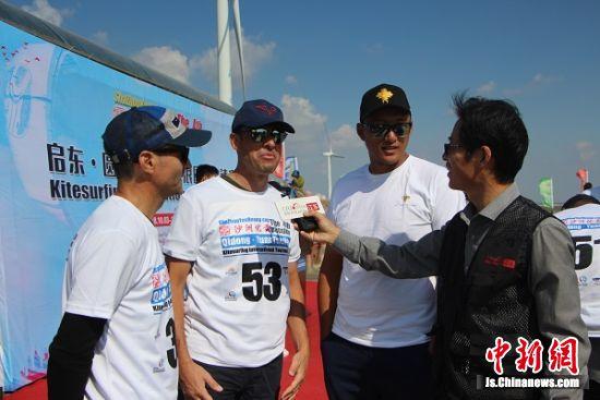来自法国和罗马尼亚的赛手Thierry和Valentin接受媒体采访。 陆建国 摄
