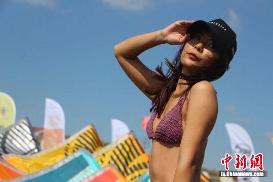 来之贵州的选手Tracy在海滩上晒她小麦色的肌肤。 陆建国 摄
