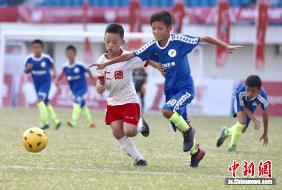 小球员在比赛过程中很拼搏。