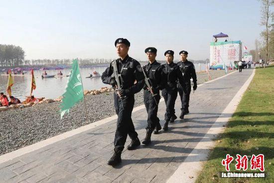 特警在大洋湾巡逻。