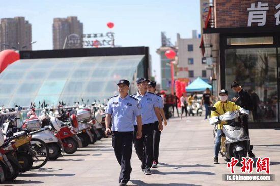 民警在闹市区巡逻。