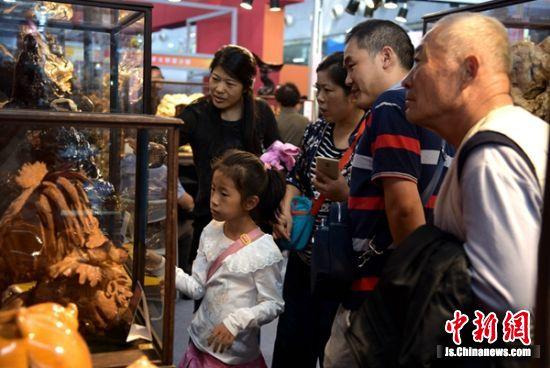 国庆节期间,徐州第五届文博会如期举行,数万民众赶来欣赏工艺展。