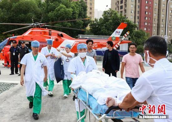 转运医疗队成员快速运送患者进行救治。