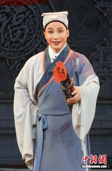 著名锡剧表演艺术家周东亮在长期的舞台实践中博采众长自成一家,创造了独具特色的锡剧周派艺术。