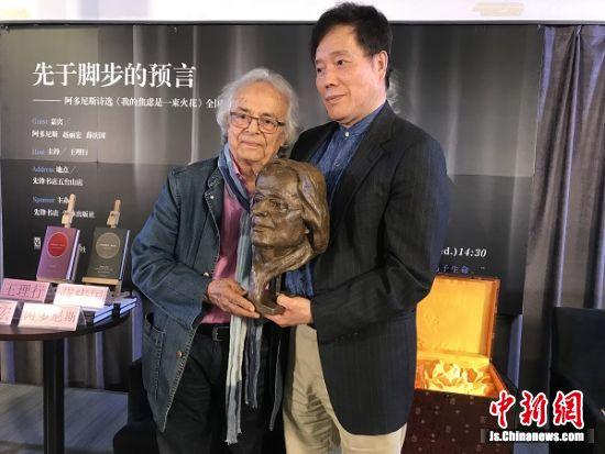 上海作协副主席赵丽宏向阿多尼斯赠送了青铜雕像。
