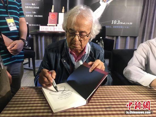 阿多尼斯给热情的读者签名。