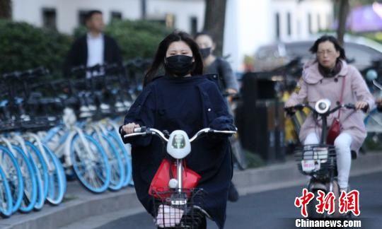 图为10月10日,受冷空气影响,澳门永利官网线上娱乐全省大降温。 崔佳明 摄