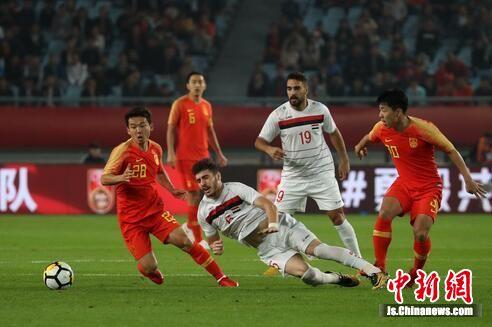 足球名帅里皮率领的中国国家男子足球队以2比0战胜叙利亚国家男子足球队。中新社记者 泱波 摄