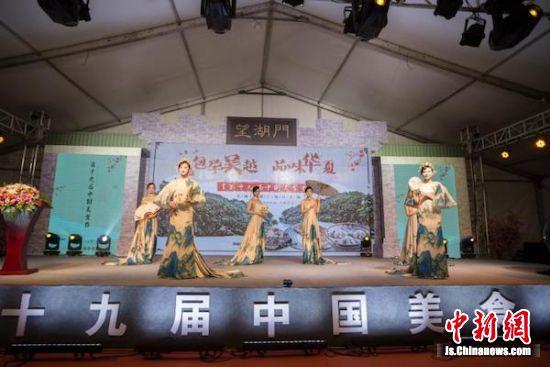 """美食嘉年华上的文艺表演很有""""江南风情""""。"""
