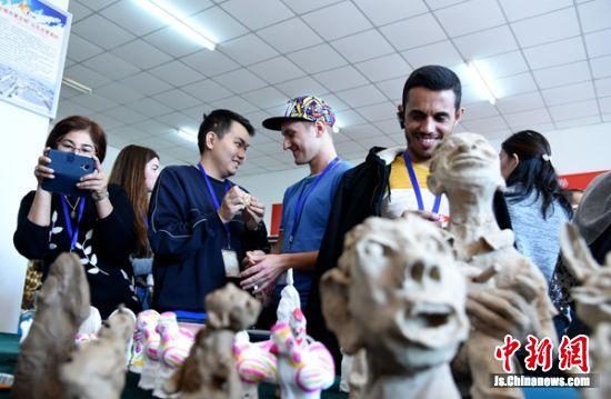 在邳州文化馆,外国友人们对邳州泥玩具以及剪纸表现出浓厚兴趣。