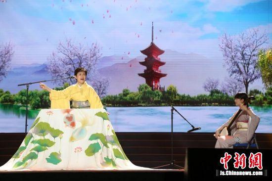日本艺术家表演传统的喜剧。