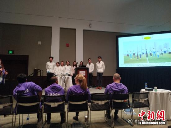 """中国药科大学""""CPU CHINA""""团队成员在总决赛现场作陈述报告。"""