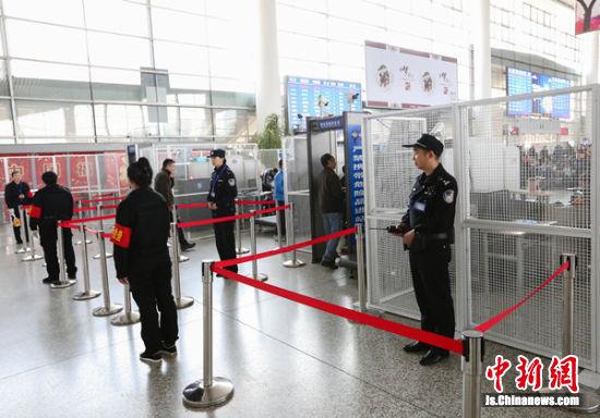 徐州铁警加强实名制验证,严格执行安检查危制度。