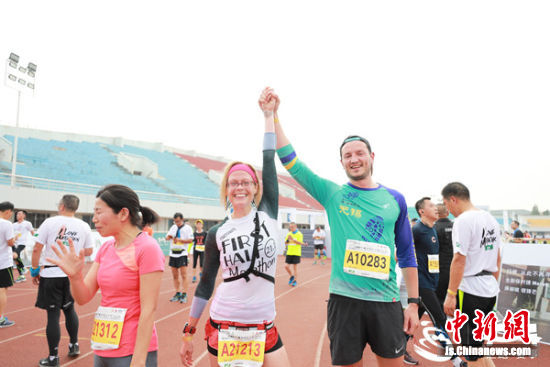 国际友人参与环蠡湖国际半程马拉松。