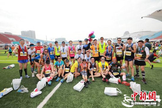 图为参与环蠡湖国际半程马拉松的跑友们。