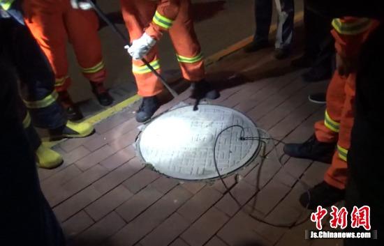 小伙被困下水道,急中生智晃动电线求救。