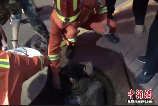 被困的小伙子获救。