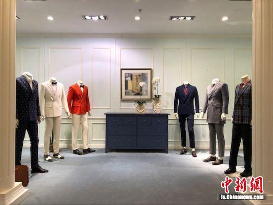 图为阳光集团内高端面料与成衣的展示区。