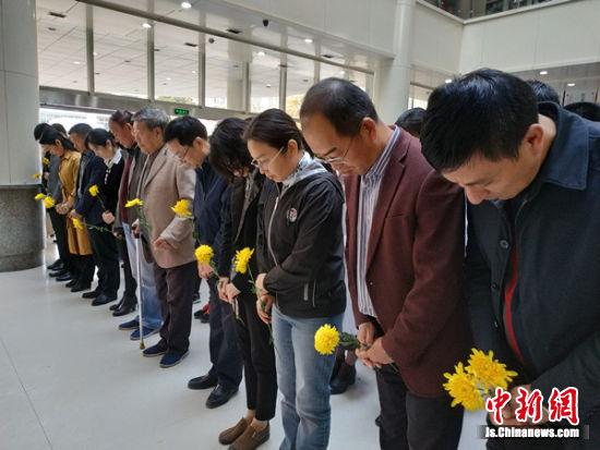 师生代表们默哀向无语良师致敬。