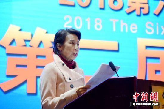中国林学会咨询部部长张锐女士颁布银杏标准,并宣布中国最美银杏文化小镇评选结果。