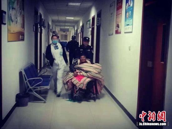民警将老人送到宿迁市救助中心妥善安置。