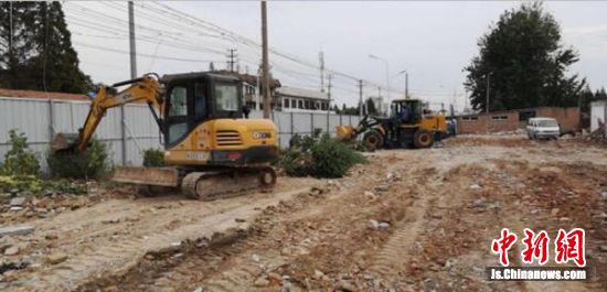 城管部门把一块暂无建设项目的拆迁空地建设为临时疏导点。