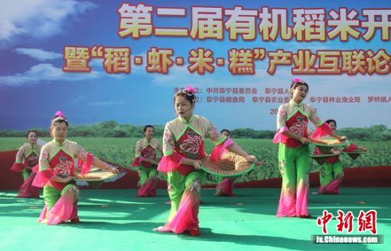 农民载歌载舞庆丰收。