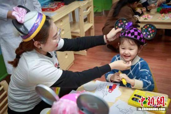 在欢乐屋中,家长和孩子尽情享受游戏互动的欢乐。