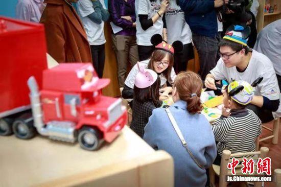 老师、家长与孩子们一起互动。