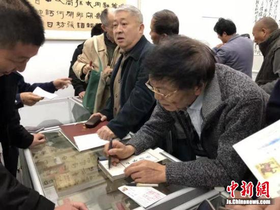 展品吸引众多市民到现场观看、购买。