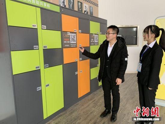 洪鑫介绍自己的多功能共享寄存柜