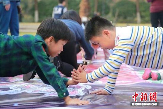 互动体验游戏中,小朋友积极参与。
