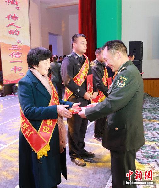 浮桂枝受到表彰上台领奖。
