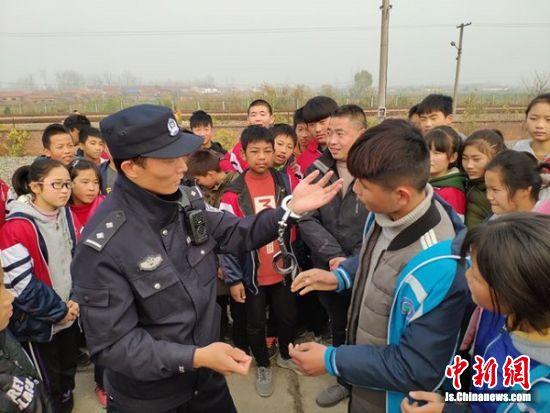 民警向学生展示警务技能