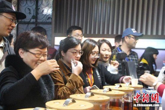 46家新媒体记者品味百年颐生酒。 陆建国 摄