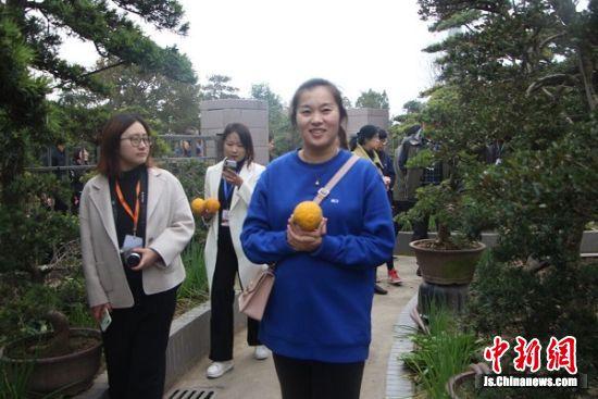 南通发布记者李彤在顾庄生态园。 陆建国 摄