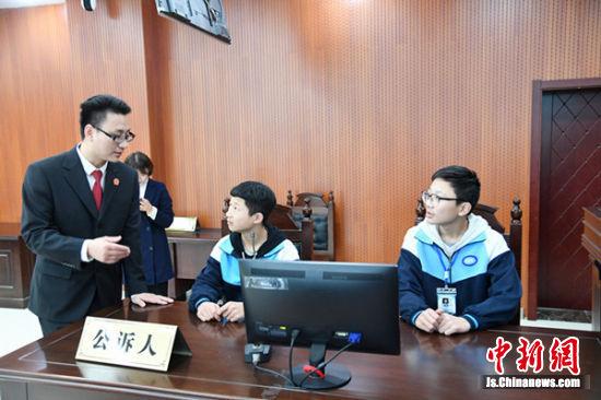 中学生模拟庭审现场。