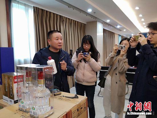 工商稽查人员讲解假冒茅台酒的伎俩。 陆建国 摄